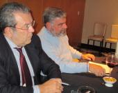 Vicente Almenara junto al economista Miguel Guijarro